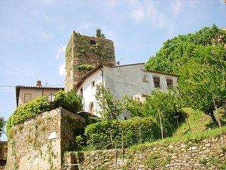 Casa con torre medievale e giardino