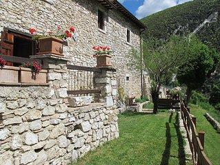 Antica abitazione  rurale  con giardino in  borgo della Valnerina