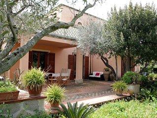 Villa con giardino privato e piscina condominiale