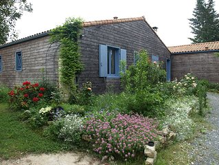 Maison neuve  tout confort, sur terrain boisé et fleuri  près du parc aquatique