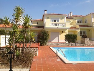 2 bed apartment overlooking golf course and pool. Short walk to sea.