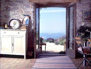 casa con vista tra olivi e fiori