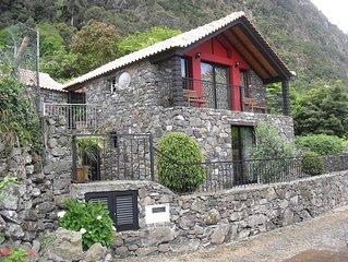 A Casa Campo Arco de Sao Jorge fica entre o azul do Mar e o verde das Montanha.