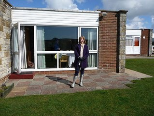 2 Bedroom holiday bungalow with sea views to the needles, 3 min from sandy beach