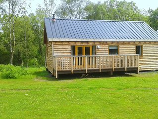 Charming log cabin with hot tub in stunning location close to loch shore