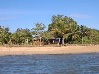 Cabanon de charme pieds dans l'eau au bord d'une plage de cocotiers, vue superbe