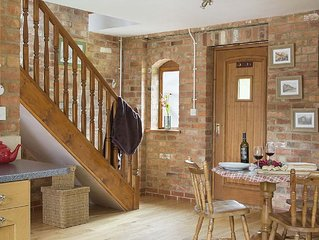 Hayloft Cottage - in Shakespeare's county, on site farm shop, pool and hot tub