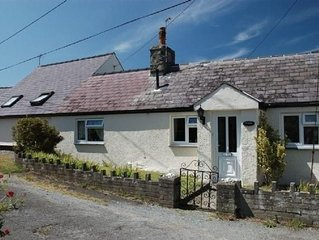 TY UCHAF BEACH COTTAGE, 3-MINUTES WALK FROM THE B
