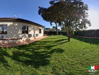 Villa a piano terra a 3 minuti dal mare con giardino e parcheggio privato