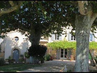 gite avec jardin , au milieu des vignes, chenes truffiers dans mas provencal