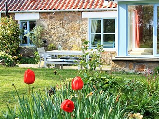 Chilled out country cottage with lovely decor, large garden & sea views by Crail
