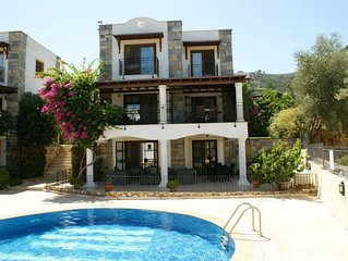 Private triplex Detached Villa with 4 double bedrooms