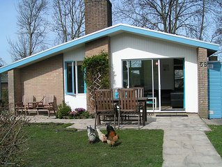 Bungalow 5p to Ijsselmeer, large garden, fireplace, child friendly, pool, wifi