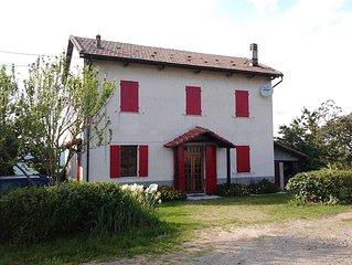Casa indipendente, ampio giardino, splendida vista sulle Langhe