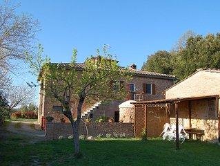 Ampio e panoramico appartamento nella campagna toscana a 7 km da Siena