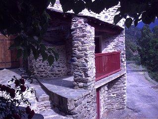 Idyllic Farmhouse Catalan Pyrenees, randonee front door,hour to beach,golf,sking