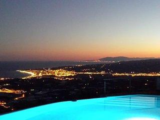 Charmante luxe villa met overloopzwembad, adembenemend zicht op baai en bergen