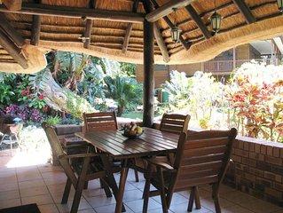 Port Shepstone: Maison style africain dans jardin luxuriant avec piscine