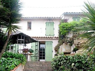 Villa, jardin luxuriant et piscine