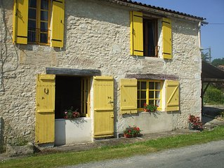 Lovely cottage renovated in the regional style and set in vineyards on all sides