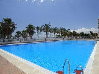 Apto. en primera linea de playa con vistas al mar, piscinas, tenis, internet