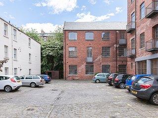 Edinburgh - very central - 2 double beds sleeps 4, free parking, patio, quiet