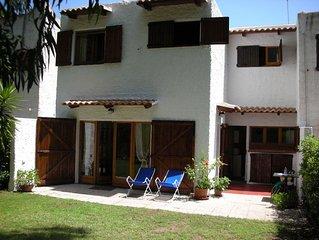 Villa con ampio giardino, a 300 metri dal mare ed in villaggio esclusivo