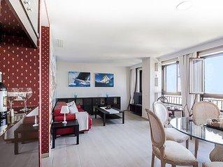 Apartamento de lujo con vistas panoramicas al mar y muelle de cruceros.