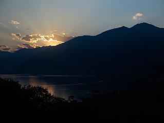 Sonnenuntergang über dem Lago Maggiore im Sommer
