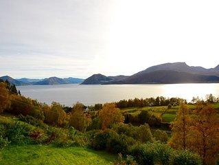 Einen atemberaubenden Blick zur Berge und Meer, Platz für 8 Personen.