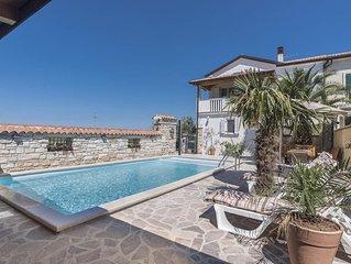 Villa mit Beheiztem Pool am Rande einer Olivenplantage mit Blick auf Meer