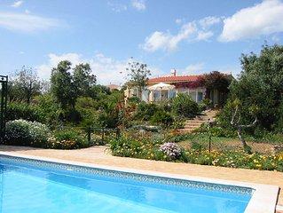 Sehr schon gelegenes Ferienhaus mit Swimmingpool und Klimaanlage