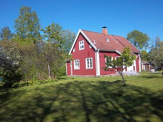 Seemannhaus rotes Ferienhaus nähe See und Golfplatz mit Boot in Dorflage
