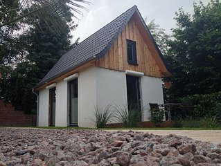 Alleinstehend und modern eingerichtet mit WLAN und Holzterrasse