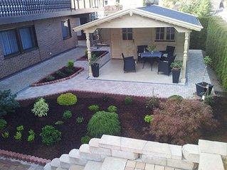 Eine 2-Zimmer Ferienwohnung mit überdachten Sitzplatz im Garten im Untergeschoss