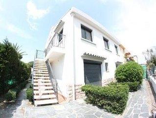 Appartement agreable dans villa avec jardin situe a 50m de la plage.