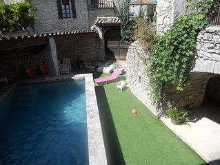 'La Glycine' en Ardèche avec piscine chauffée dans maison en pierres de 1872
