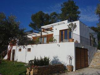 Maison contemporaine vue mer dans quartier residentiel tranquille.