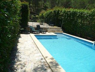 Appartement bien equipe ,au calme dans une pinede, piscine .