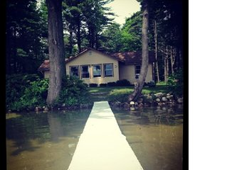 100' Prime Lakefront - rustic cottage w/dock, boats (sandy lake bottom not muck)
