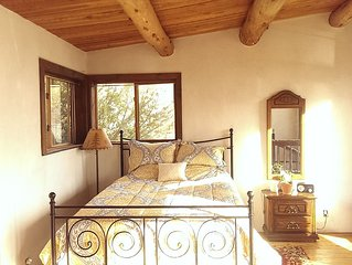 Peaceful New Mexican Charm. Natural Light. Hot Tub, Walk To Arroyo Seco!