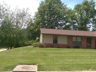 Two bedroom duplex with fenced yard in quiet neighborhood - 20 Min from St Louis