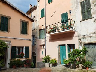 Characterful Apartment Overlooking Beautiful Church Square, Sleeps Up To 4