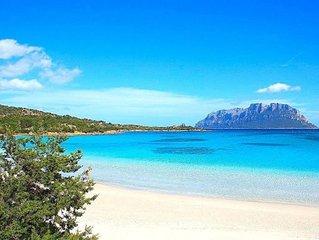 Splendida baia di sabbia bianca e mare cristallino di fronte all'isola Tavolara