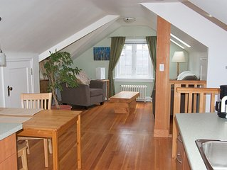 Entire Top Floor of Cottage, Cosy Bright Private Loft, Close to Downtown