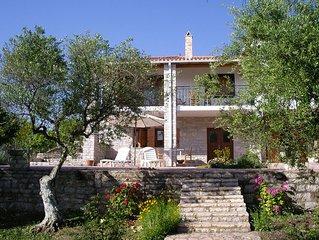 Ruhig im Olivenhain gelegen, nahe am Meer und nur 32 km von Olympia entfernt.