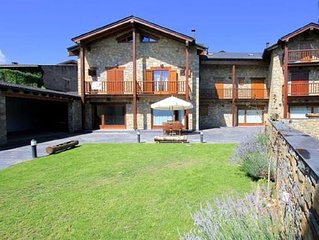 Casa piedra y madera con chimenea y jardin cerrado