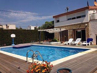 Habitatge aïllat amb piscina, terrassa i jardí amb barbacoa, a 80m del mar