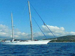 Grand appart à bord d'un voilier d'exception de 24 m au mouillage