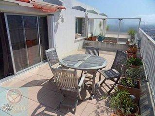 Toit-terrasse vue panoramique mer et collines, a 300m des plages et du port